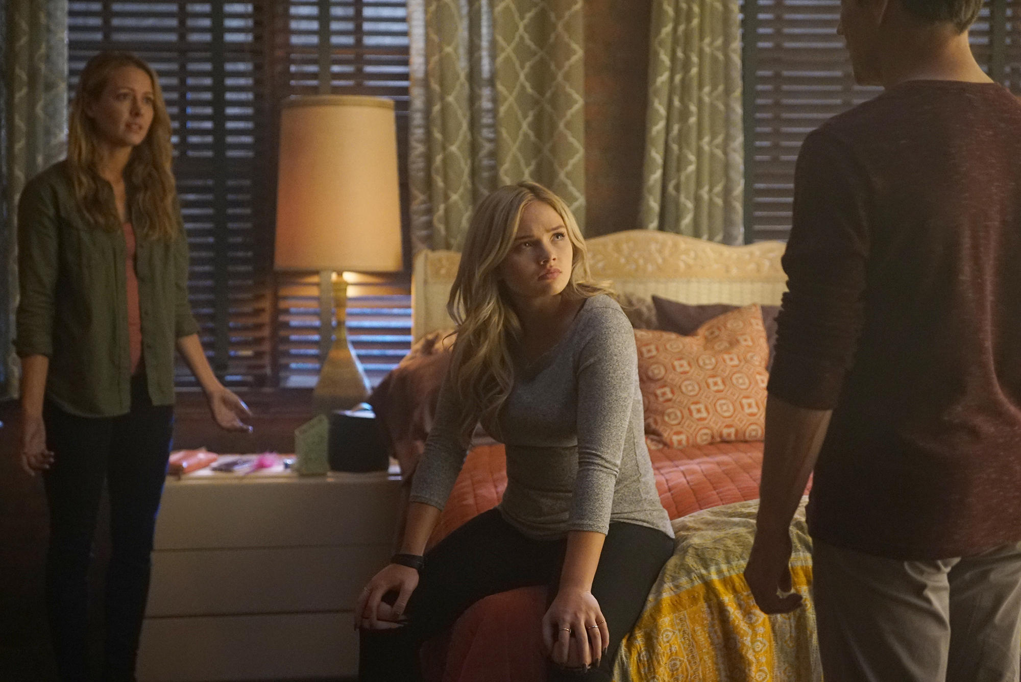"""L-R: Amy Acker, Natalie Alyn Lind and Stephen Moyer in the """"meMento"""" episode of """"The Gifted"""""""